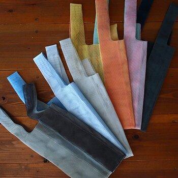 カラーバリエーションは6種類と豊富です。グレーやブラックのシックな組み合わせの他に、オレンジやピンク、ブルーなど、遊び心のある夏らしい色合いもあります。