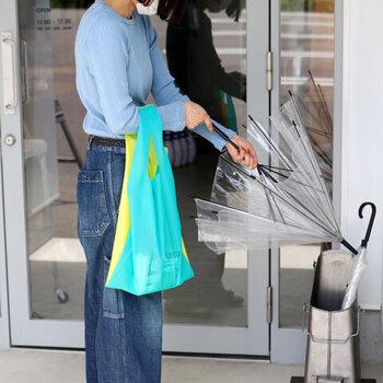 鮮やかな色合いが目を引くバッグはTPU素材でできたプラスチック製です。メッシュ素材ではありませんが、透明感のある涼やかさがあります。