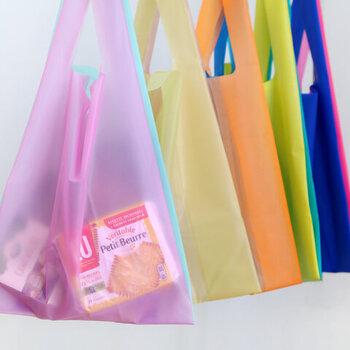 するりとした質感で、半透明の素材です。水や油に強く、ショッピングバッグとしても優秀です。雨の日のお出かけにも頼れるバッグです。
