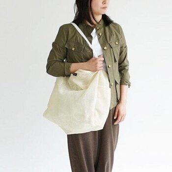 ナイロンメッシュでできたバッグは、カジュアルでリゾート感があります。大きめのサイズだから、荷物か多い人でも安心です。