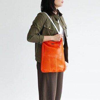ストンとした四角い形のショルダーバッグです。マチが薄いので、すっきりとした印象があります。ショルダーを斜め掛けにすることもできます。