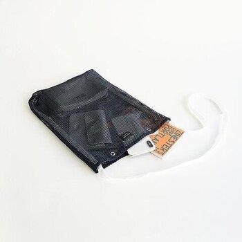 丈夫なナイロンのテープはバッグの底部分まで繋がっています。ノートやスマホ、手帳などは余裕で入そうです。開口部にはスナップボタンが付いていて、閉じられるから安心です。