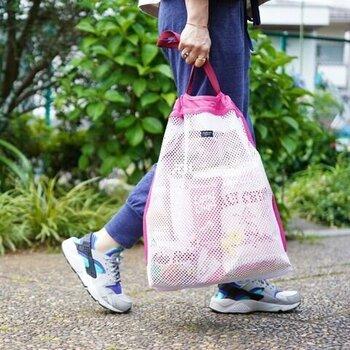 取っ手を持つと袋の口が閉まる仕組みのバッグです。ギュッと寄ったギャザーが表情があっておしゃれです。スポーティーな格好によく似合います。