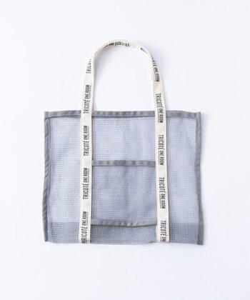 シンプルなメッシュバッグですが、メッシュの粗さやオリジナルのテープなど、随所にこだわりが感じられます。ロゴの入ったテープとポケットがアクセントになっています。