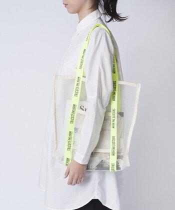 大きめサイズはA3もすっぽり入る容量です。丈夫で形も整っているから、毎日使いのバッグにぴったりです。こちらのデザインは蛍光色のテープに個性が光ります。