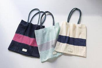 綿とアセテートなどを使った混紡素材で編まれたニットバッグです。細かな模様が編まれていて、荷物を入れると上品な透け感が楽しめます。