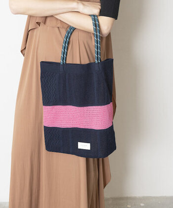 ちょっとしたお出かけのバッグにちょうどよいサイズ感です。スマホやお財布など、最低限の荷物を入れて、あまり重たくならないように使うのが◎です。