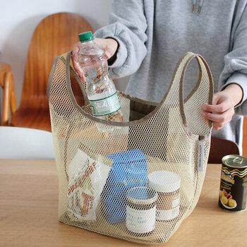 軽くて丈夫なメッシュバッグは、お買い物の重たい荷物も入れられます。底からの立ち上がりがしっかりしているから、荷物を入れる時もストレスがありません。