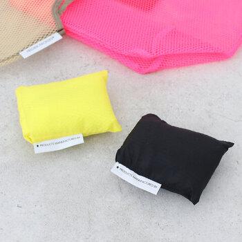 内ポケットに小さく折り畳んでまとめられます。引っかかったりしないから、サブバッグとして忍ばせておくのにも便利です。
