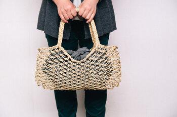 タイに自生する天然の草を編んで作ったバッグです。メッシュ構造で風通しの良い夏らしさがあります。内側に巾着やポーチを入れると使いやすいです。
