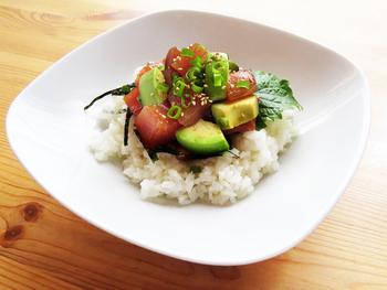 ハワイのローカルフードでもあるポキは日本でも大人気!アボカドとマグロを使う定番の丼ものです。お醤油ベースの味付けと、大葉のさっぱり感は鉄板の美味しさです。