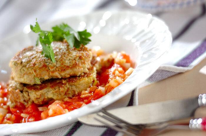 マグロのたたきがベースになったタネで、ハンバーグのように仕上がる満足度間違いなしのソテー。トマトの酸味が効いたサルサソースで、和風・メキシカン・イタリアンの良いとこどりができますね。