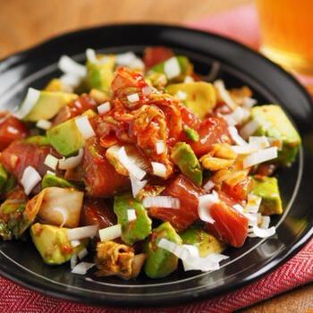 丁寧に下味をつけることで、キムチの味とごま油の風味でしっかり味がしまるこちらのサラダ。マグロの下味付けやアボカドの処理などが丁寧に記載されているレシピなので、誰でも簡単に作ることができそうです。