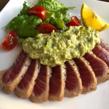 レアにさっと焼き上げたマグロをステーキに。相性の良いアボカドは、ソースとして活用されています。他のお魚にも合いそうなソースなので、旬のお魚を代用しても美味しくいただけそうですね。