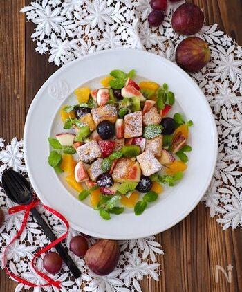 カラフルなフルーツをたっぷり散らした、お花畑のようなひと皿。フレンチトーストを小さくカットして、チョップドサラダ風にいただくレシピです。ぶどうやキウイ、イチジクなどお好きなフルーツで楽しんでみて。