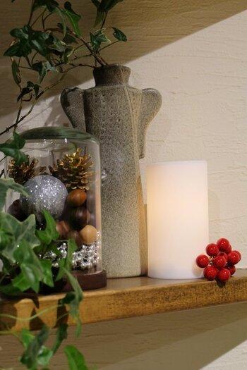 お正月やクリスマスなど、その季節に合わせたディスプレイで玄関に彩りを♪こちらは、松ぼっくりや陶器のパネルなど、冬らしいアイテムでクリスマスを素敵に演出。まあるいサンタさんの置物が、とってもキュートなエッセンスをプラスしていますね。