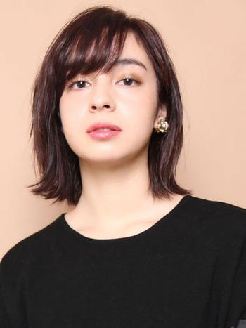 ミディヘアのワンカール外ハネボブは、スッキリ軽やかな印象に。短め前髪との組み合わせで、大人っぽさの中にも少女のようなキュートさが覗くヘアスタイルに。