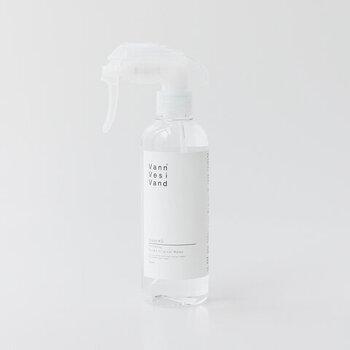 界面活性剤や有害な化学物質を含まない無色・無臭・無刺激の洗浄水。成分は、ごく微量の無機電解質と水のみですが、洗浄力は従来商品の約5倍にパワーアップしました。キッチンの油汚れなどをはじめ、ふきんの除菌・消臭などにも効果的です。