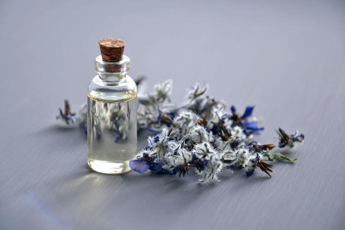 天然の精油を使った香水や練り香水は、時間を追うごとに香りの表情を変え、さりげないかぐわしさで人に寄り添います。優しくて穏やかで、けして目立とうとしない自然な香りを身につけてみませんか?