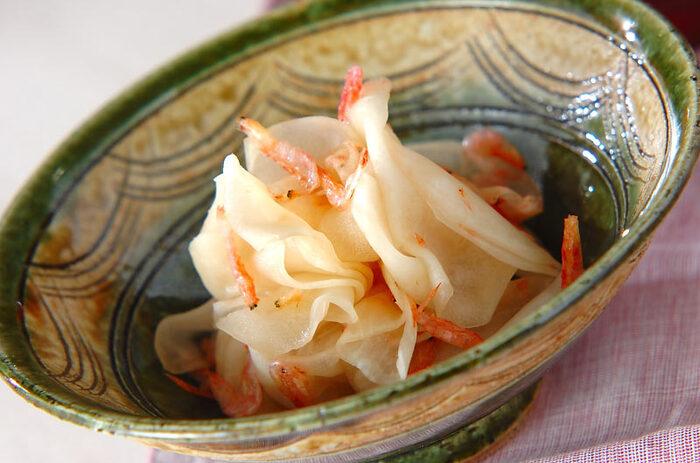 お漬物によく使われるカブは、甘酢に合わせても美味しい♪軽く炒った桜エビの香りが良く、箸が進む副菜に。お好みでカブの葉も加えると、より彩りが綺麗に仕上がります。
