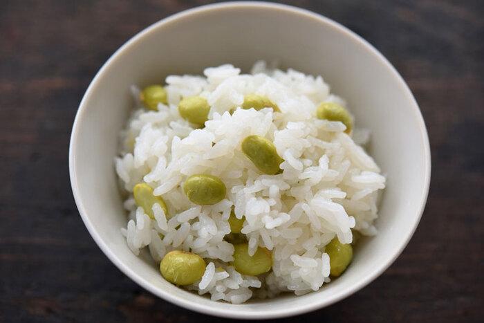 ゆでた枝豆を後から混ぜ込むのではなく、一緒に炊き込むことでごはんと豆がよくなじみます。白ごはんに枝豆が入ることで食感が変わり咀嚼が促されることに。咀嚼が増えることは早食い防止や、消化の負担を軽くすることにも有効です。