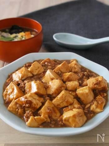 テンメンジャンを使った麻婆豆腐はコクがあるのに辛くない! 家族みんなで楽しめます。大人用に食卓にラー油を用意するのもいいですね。豆腐をくわえてから煮込むことでおいしく仕上がります。