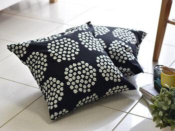 家具はシンプルに、クッションカバーで色を遊びましょう!marimekko(マリメッコ)のものは色も柄も豊富なのでお気に入りが見つかるはず。価格的にも手に入りやすいアイテムです。