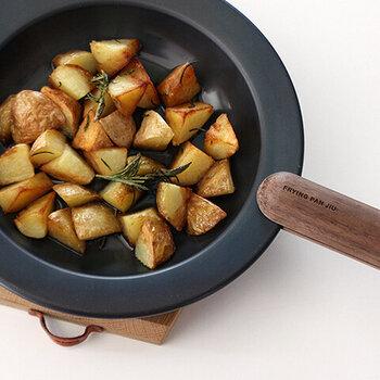 また、黒のお皿は料理を高級に見せる効果もあるそうです。普段のメニューも黒いお皿に盛るとお洒落な装いに。最初は勇気がいるかもしれませんが、一度使うとその虜に。おもてなしにもぴったりです。