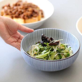 シンプルなお料理でも、華やかに見せてくれるのが柄物の器。柄を意識しすぎて盛り付けが難しくなると敬遠する方もいらっしゃるかもしれませんが、シンプルな柄のお皿なら意外に和洋中どんなお料理もマッチしてくれます。