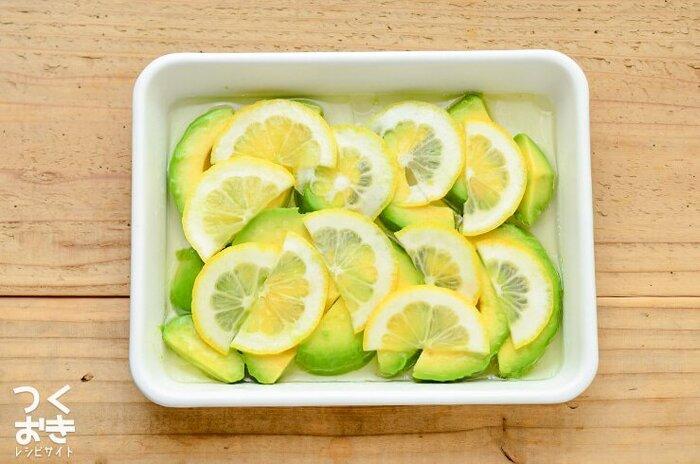 アボカドの酸化を抑えてくれるレモンに漬け込みマリネにしておくことで、変色を防ぎ、日持ちがアップします。調理時間は約5分で、冷房保存で約3日。他の料理にプラスしたりと、アレンジが効きそうな作り置きです。