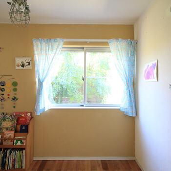 〇部屋のカーテン(腰窓)…計測場所はカーテンレールの下~窓下までです。カーテンの裾の長さはお好みで。1枚開きか、2枚の布を使って両開きにするかも考えておきましょう。両開きタイプの場合は、2枚の布の柄合わせに気を付けてカットして下さいね。