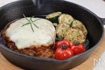 ハンバーグの付け合わせにもズッキーニが大活躍!キーマカレー味でさらに夏らしさもアップします。家族に喜ばれること間違いなしのレシピです!