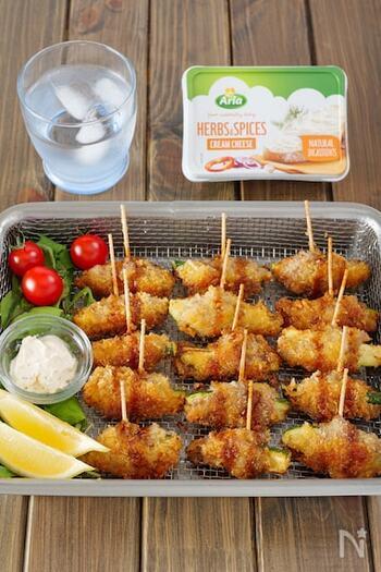 豚こま肉でズッキーニを巻いた串揚げのレシピ。クリームチーズを添えて、お好みでディップして楽しめます*お酒のお供にもぴったりです!