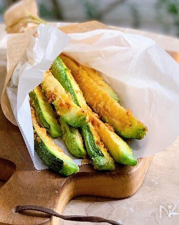 スティック状に切ったズッキーニに、パルメザンチーズを合わせたパン粉をつけてこんがり焼きます。サクッとした食感もやみつきに!おつまみにもおすすめです*