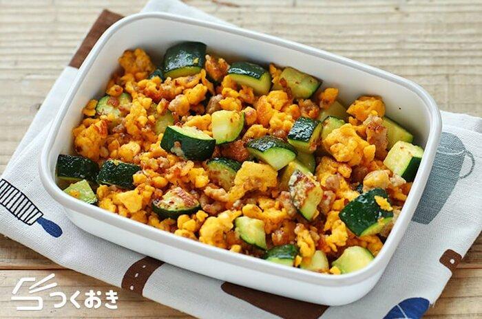 ズッキーニと、鶏ひき肉、卵の炒め物。マヨネーズと粉チーズでコクのある味わいになります。そのまま食べてももちろん美味しいですが、サンドイッチの具材にもおすすめです!