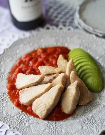 市販のトマト缶をタレに使うことでかなりの時短に。カリッと焼き上げられたマグロに、アボカドが彩りを添えてくれて見た目もキレイです。忙しい日に、フライパン一つで出来るものはありがたいですね。