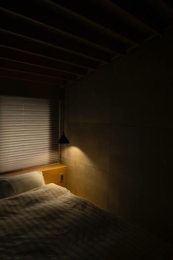 前述のように、質の高い眠りに重要なメラトニンは暗い環境でより多く分泌され、明るい場所では減少してしまいます。そのため、眠る3時間くらい前からは室内の明かりを少し落として、眠りに入る準備を始めるのがおすすめです。また、この時間帯にパソコンやスマートフォンなどを使うと目から光が入り、せっかくの眠気を妨害してしまいます。できれば就寝前は電子機器から離れ、リラックスして過ごしましょう。