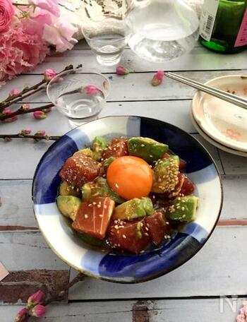 アボカドとマグロをシンプルにユッケで。定番のユッケは簡単&見栄えも良く仕上がるので、マストな一品ですね。こちらをベースに、丼にしてみたり、お好みのトッピングでアレンジを楽しめそうです。