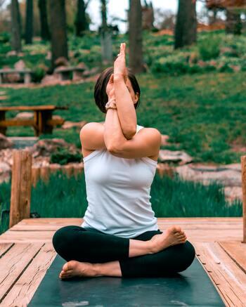 ワシのポーズには、立って行うポーズと、座りながら行う2種類のポーズがあります。 妊娠期にはお腹を伸ばしすぎたり、負荷をかけすぎないように、椅子を利用したり正座をして行うようにしてください。  ①右腕が上になるよう両手で反対側の肩を持ちます。 ②そのまま真っ直ぐに伸ばし、顔の真ん中で手の平を合わせます。難しい場合は手の甲を合わせるポーズでも◎。 ③ひじの高さが肩の高さになるまで上げます。
