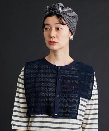 ターバンスタイルはロングヘアだけでなく、ショートヘアの人にもおすすめ!スカーフを使ったターバンスタイルはシンプルなファッションのアクセントにも◎。前髪のふんわりパーマ感がナチュラルでかわいいですね。