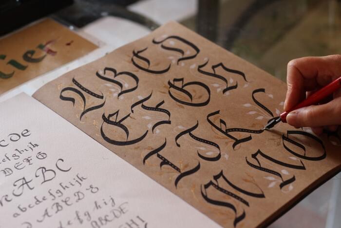 カリグラフィの語源はギリシャ語の「callos(beauty、美しい)」+「 graphein(to write、書くこと)」。まさしく「美しく書くこと」がカリグラフィなんですね。