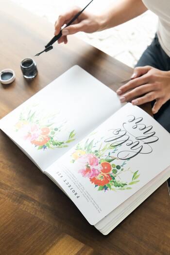 文字の周りを植物などイラストで装飾するのもカリグラフィの王道。色彩と言葉が明るくて、なんだかハッピーな気持ちに…♪額に入れてインテリアアートとして楽しむのもステキですね。