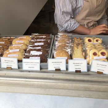 カウンターには可愛らしいクッキーがたくさん並んでいます。ディスプレイやポップがおしゃれで、海外らしさを感じますよ。