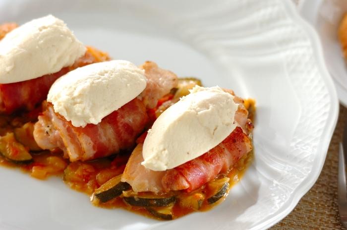鶏もも肉をベーコンで巻いて焼き、ズッキーニ、トマト、玉ねぎ、ニンニクで作る野菜ソースと一緒にいただきます。上にのせた酒粕チーズが味のポイント!野菜たっぷりで栄養面でも嬉しい一品です。