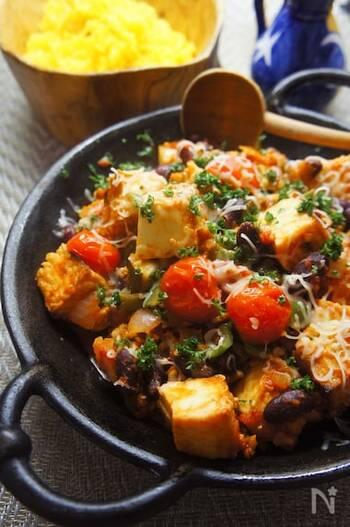 テクス・メクス料理であるチリコンカルネを、厚揚げでヘルシーにアレンジ♪ズッキーニなどの野菜と厚揚げをトマト水煮缶で煮込んでいきます。最後にチェダーチーズを加えて完成!
