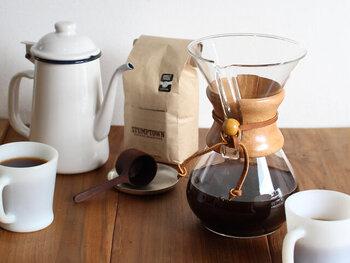 とても絵になるケメックスのコーヒーメーカー。ただテーブルに置いておくだけで素敵なインテリアにもなってくれそう。