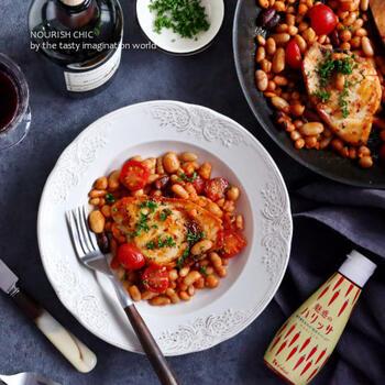ミックスビーンズやトマトと一緒に食べる、ボリューム満点のメカジキステーキです。ハリッサの味を引き立たせるため、そのほかの調味料はとてもシンプル。これ一品でテーブルの上が華やかになるので、ちょっと特別な日のおうちごはんに作ってみては?