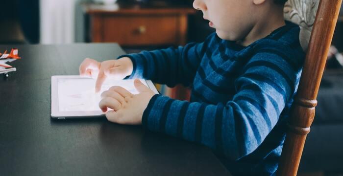 ソファテーブルとしてももちろん、お子さまのリビング学習用としても取り入れやすいでしょう。 サイズバリエーションが豊富なので、既存の家具に追加したり、しっかりとした勉強環境を作ったりと、シーンに合わせてテーブルが選べます。  また、折り畳みテーブルでもローテーブルと変わらず、長方形や正方形、楕円/円形など、お部屋や目的に合わせていろいろなフォルムがありますよ。