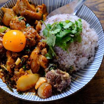 鶏もも肉をハリッサと味噌、キムチなどで揉み込んで焼いたハリッサのスタミナレシピです。暑くて食欲がいまいちな日も、これならごはんがどんどん進みますね!ハリッサの量や種類を調整すれば、大人だけでなく、ガッツリ食べたい育ち盛りのお子様も満足できるプレートに。