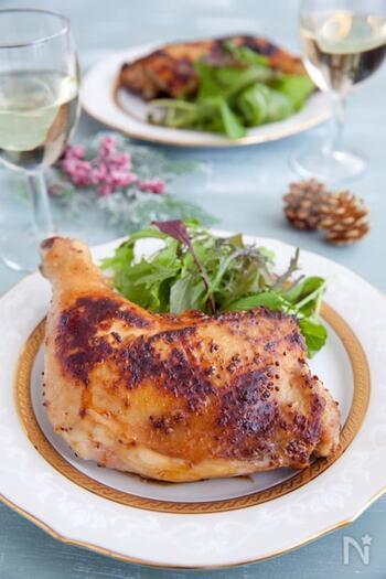 フライパンでできる簡単なローストチキン。はちみつとマスタードのタレに漬け込んでから、こんがりと焼きます。骨に沿って切り込みを入れると早く火が通りますよ。